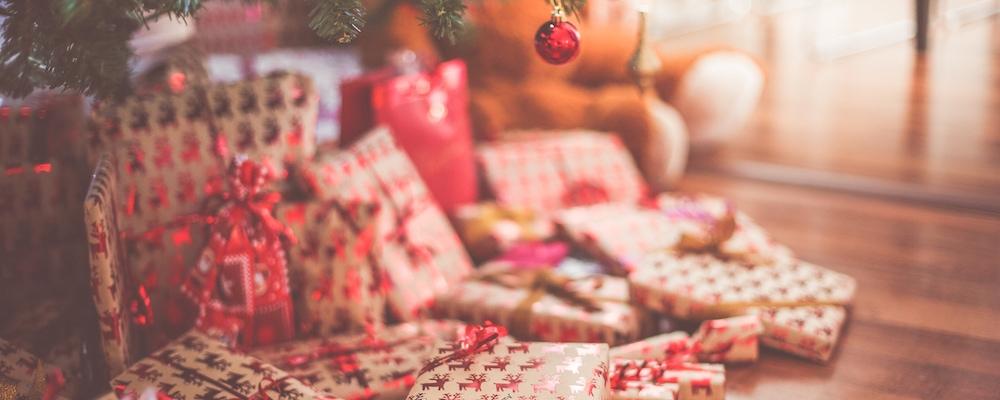 Geschenke unter Weihnachtsbaum