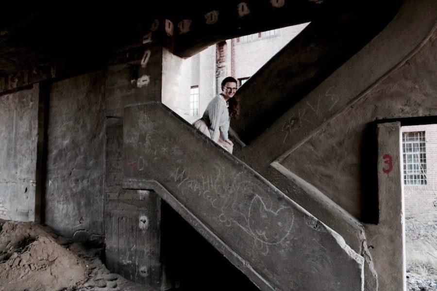 Mädchen mit Tüllrock lacht in Ruine