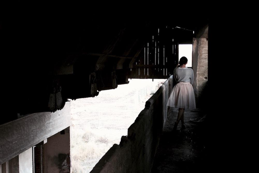 Mädchen in Tüllrock in dunklem Gang