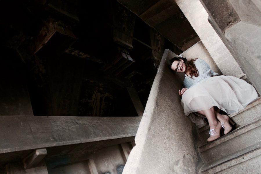 Mädchen auf Treppe in Tüllrock