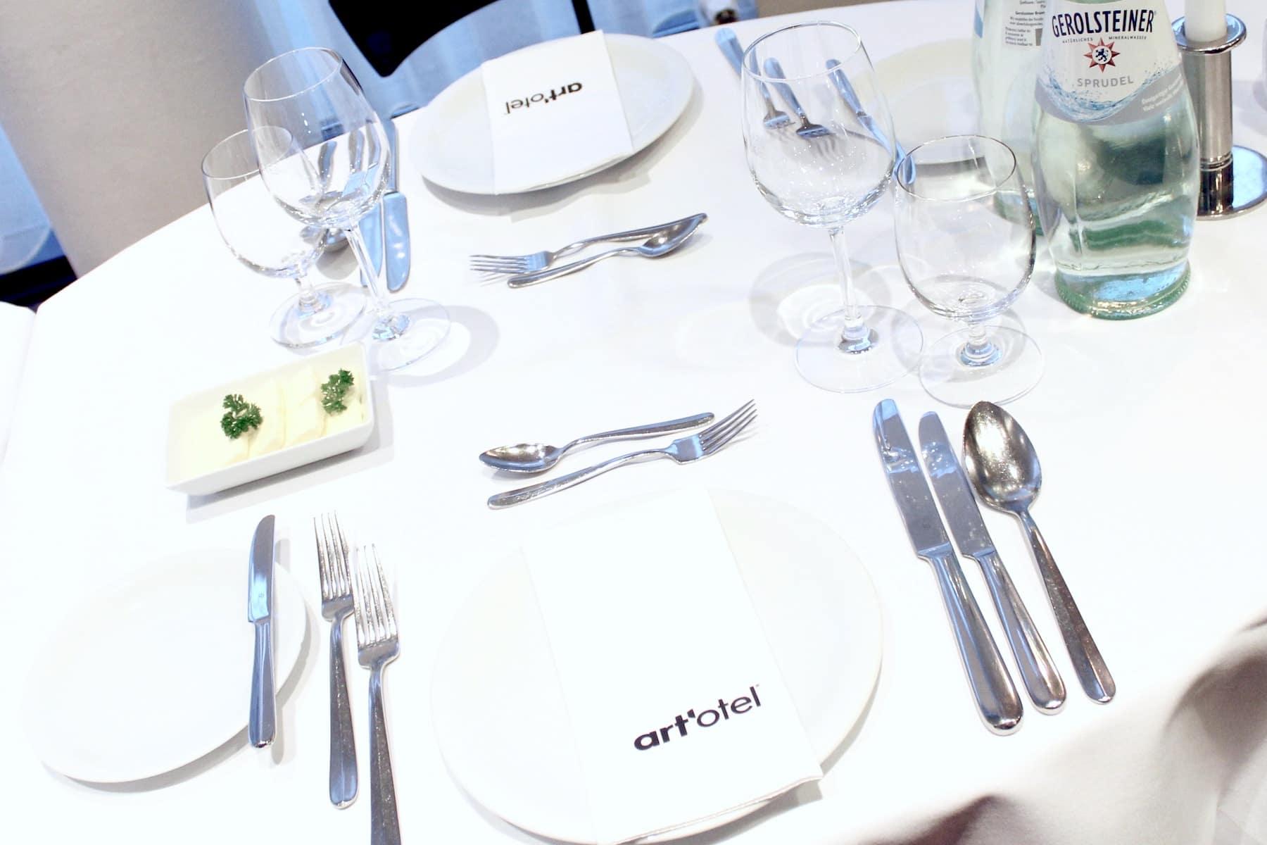 Gedeckter Tisch im Art'otel Dresden