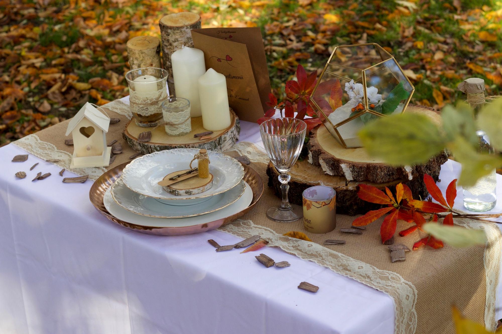 herbstlich dekorierter Tisch