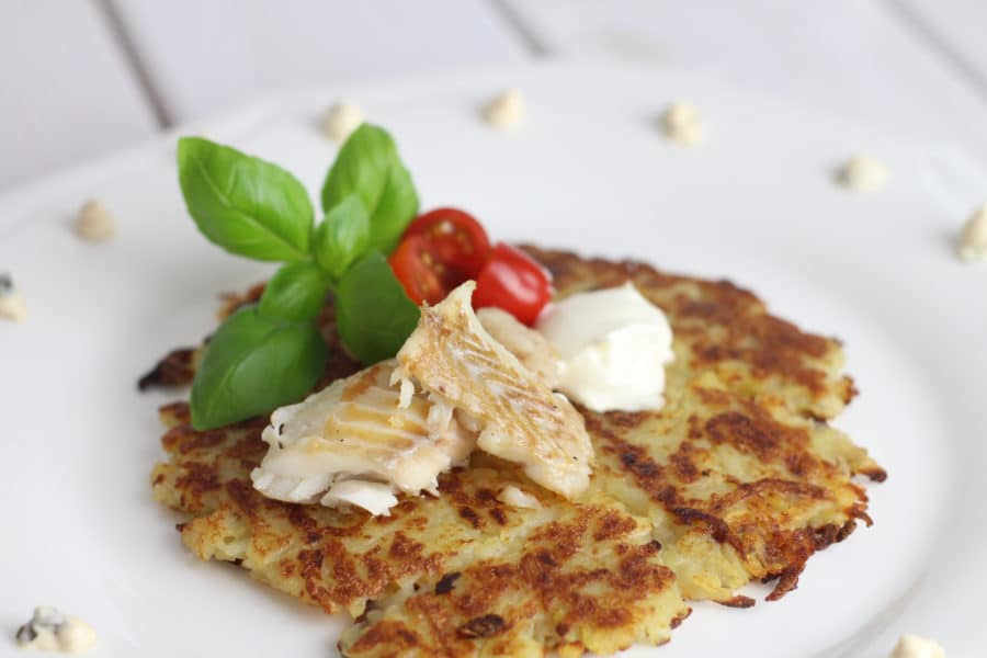 Seelachsfilet auf Kartoffelrösti an Tomaten-Basilikum-Creme