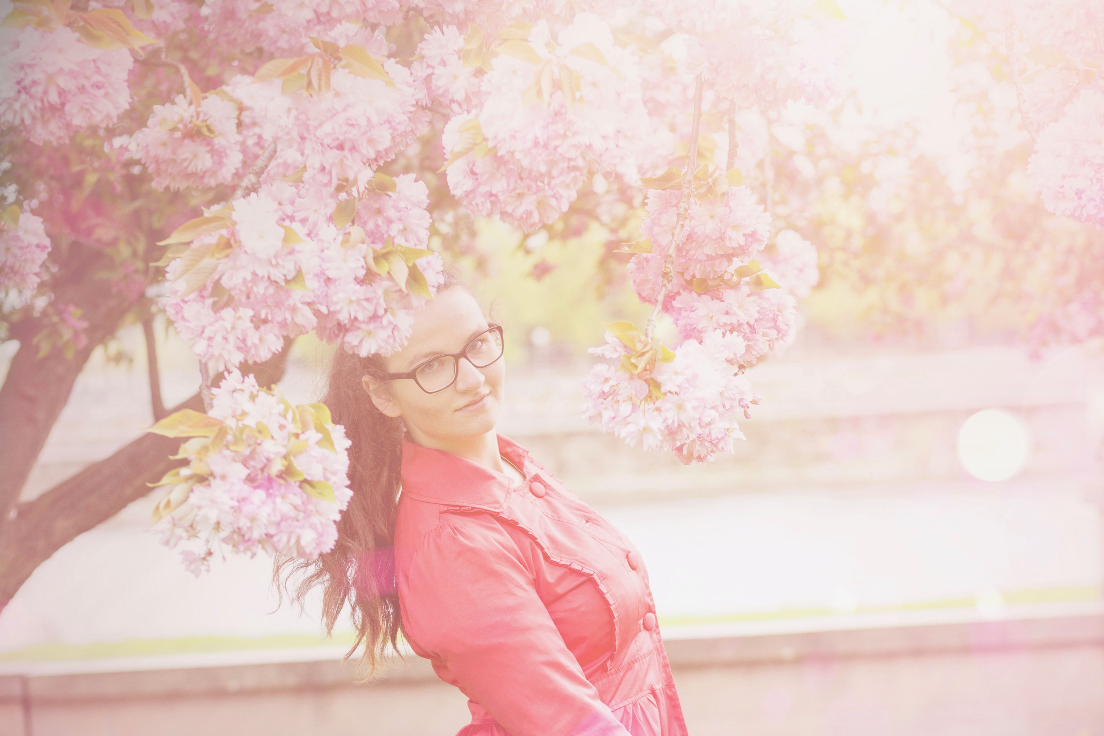 Outfitshooting zwischen Kirschblüten